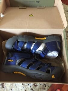 New in box Keen youth sandals size 5