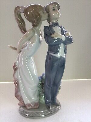 Lladro Figurine 5555 Let's Make Up, Mint, Young Couple, Girl Kissing Boy