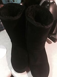 BLACK UGGS BARELY WORN