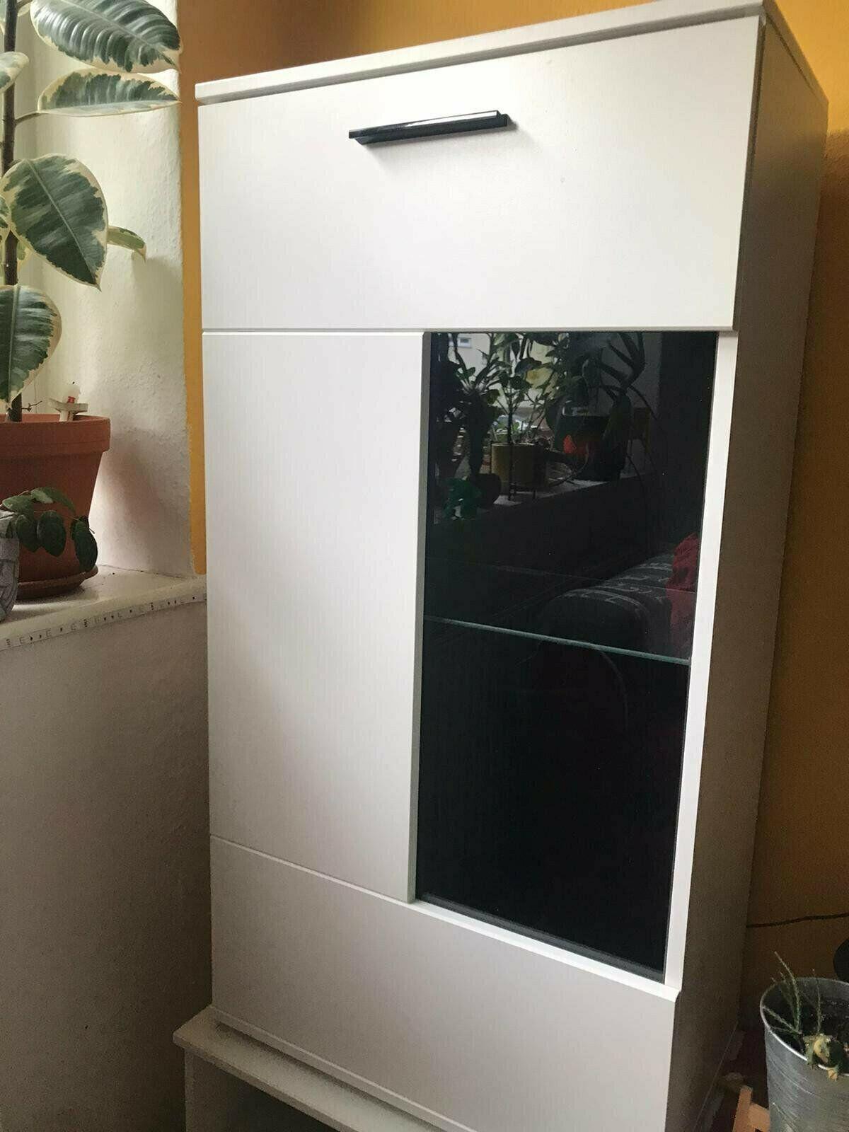 Zwei weiße Vitrinenschränke mit Glas