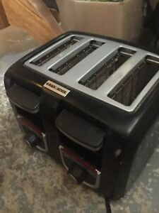 Black & decker 4 slice toaster. Needs a little cleaning