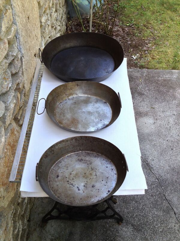 THREE EARLY STEEL SCRAPPLE PANS IN GRADUATED SIZES  RARE TOLE WARE GOETTA ALSO