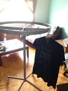Clothing rack that spins for items on hangers