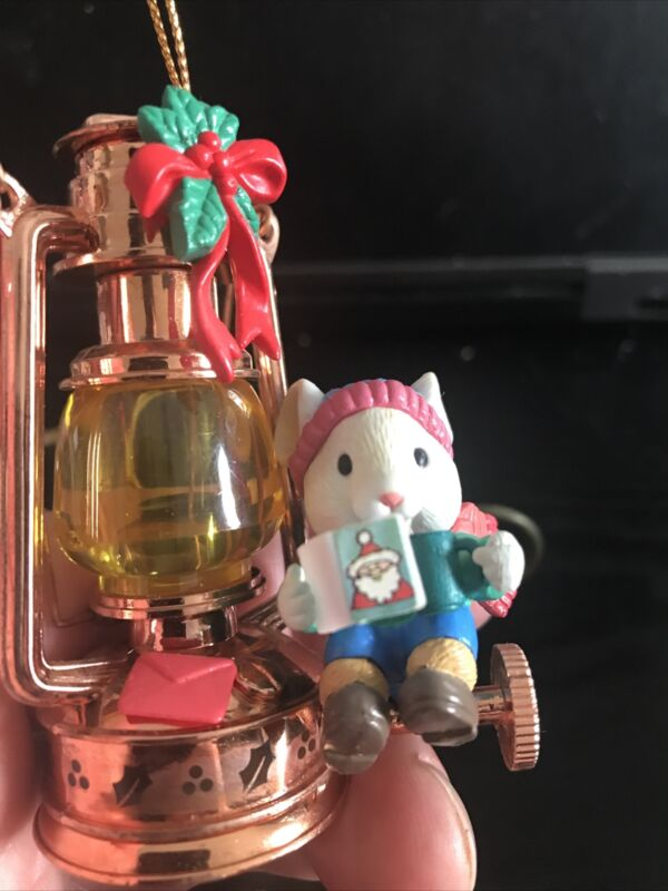 LUSTRE FAME/NON ENESCO CHRISTMAS ORNAMENT:MOUSE READING BY GAS LANTERN NEW