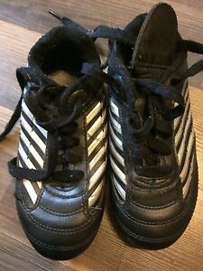 Youth boys size 10 soccer shoes
