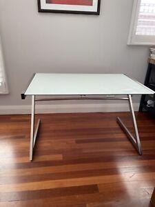 FREEDOM Zed Glass-Top Desk