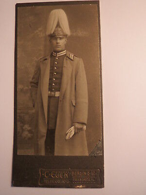 Berlin - stehender Soldat in Uniform mit Mantel & Paradehelm / CDV