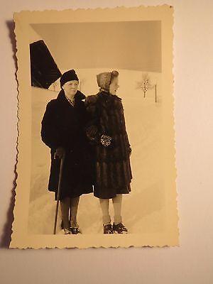 Frau und Mädchen im Pelzmantel mit Mütze Kopftuch ? im Schnee - Winter / Foto ()