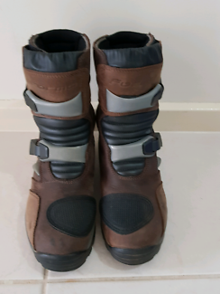 Adventure style boots Forma
