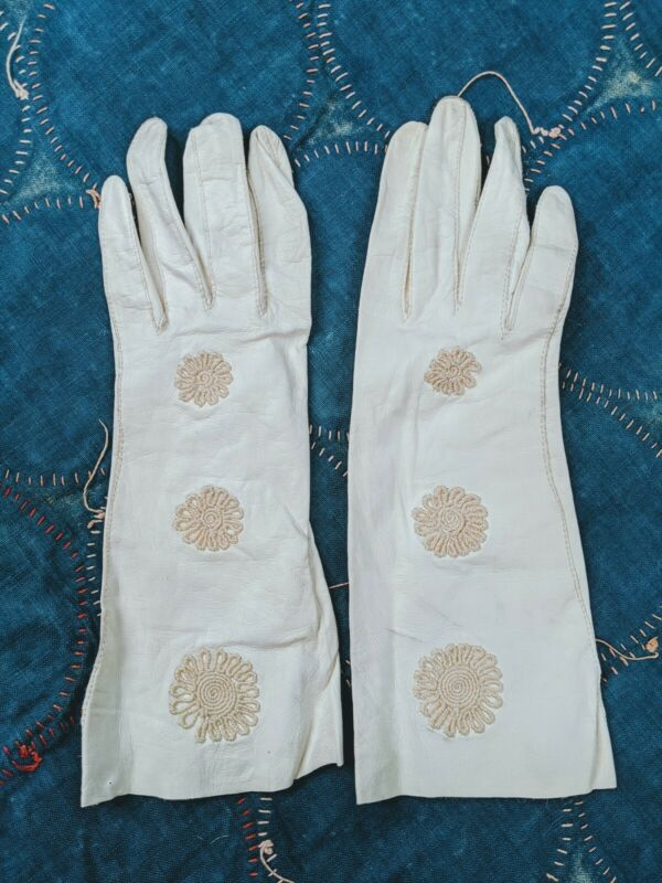 VINTAGE 1950S WHITE KID LEATHER GLOVES WITH EMBROIDERY