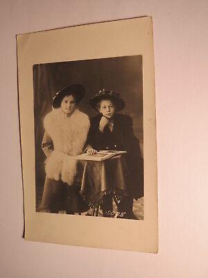 2 Kinder - Mädchen im Pelz ? Mantel mit Hut blättern in einem Buch / Foto ()