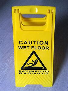 cavalletto giallo cartello attenzione pavimento bagnato scivoloso pericolo