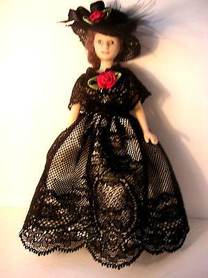 Schwarzes Tüllspitzenkleid mit Hut für Puppe, Modeladen, Puppenhaus 1:12