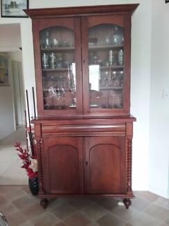 Solid display cabinet