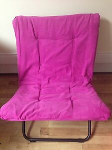 Pink lounge style folding chair