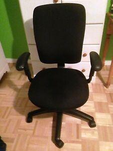 Chaise de bureau noire en tissus