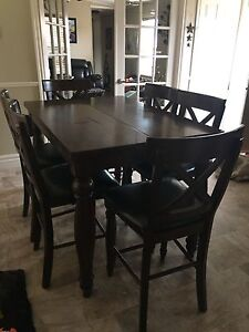Beautiful Kitchen table and 6 chairs