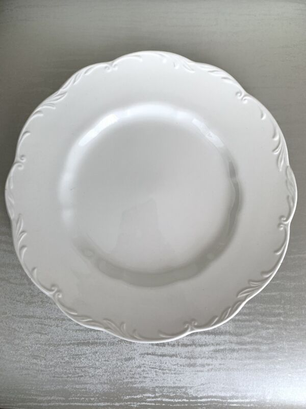 J & G Meakin England STERLING COLONIAL White Embossed Scalloped Dinner Plate