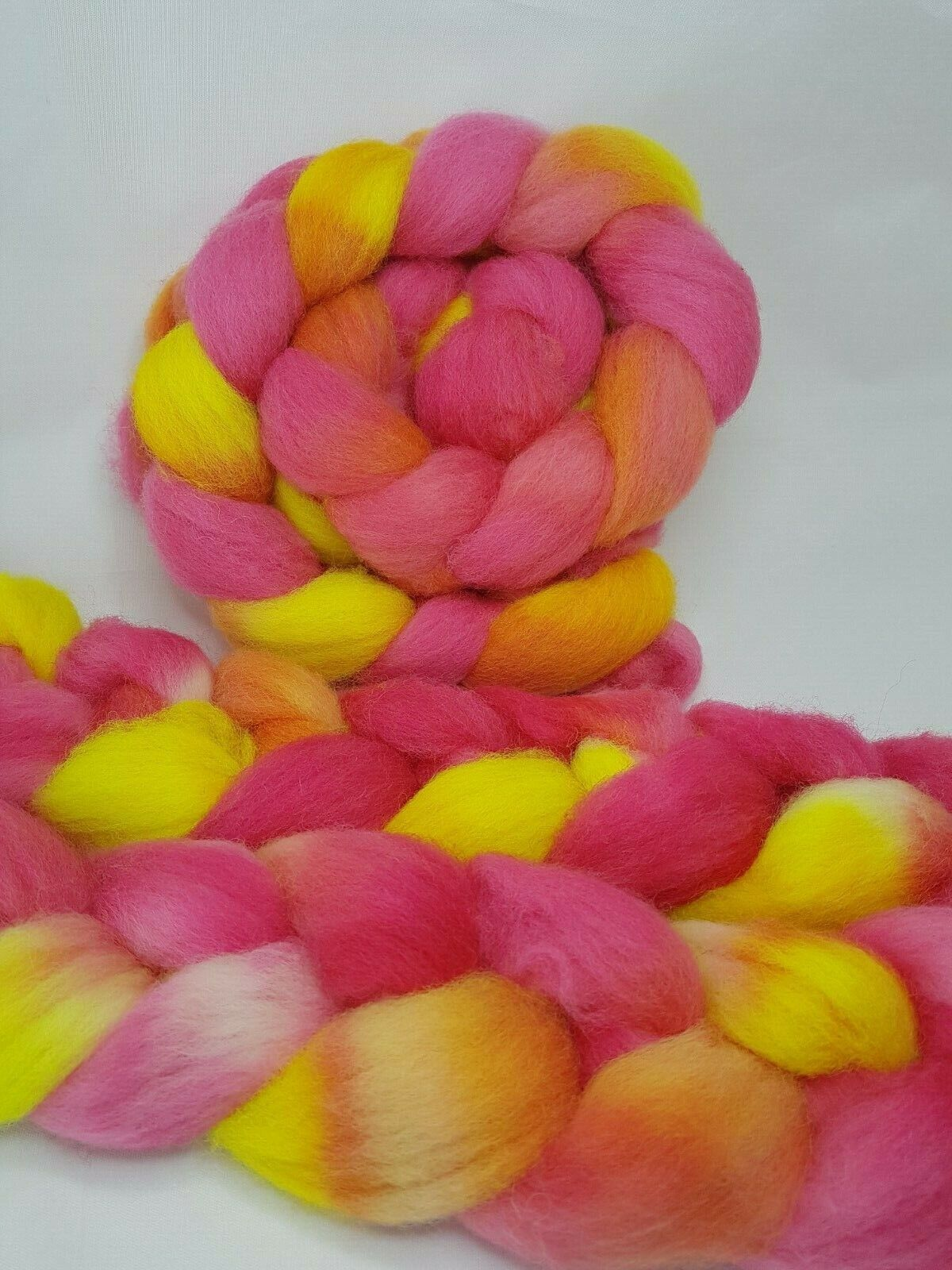 как выглядит Hand dyed BFL roving, wool top, 100 g, HOT HIBISCUS фото