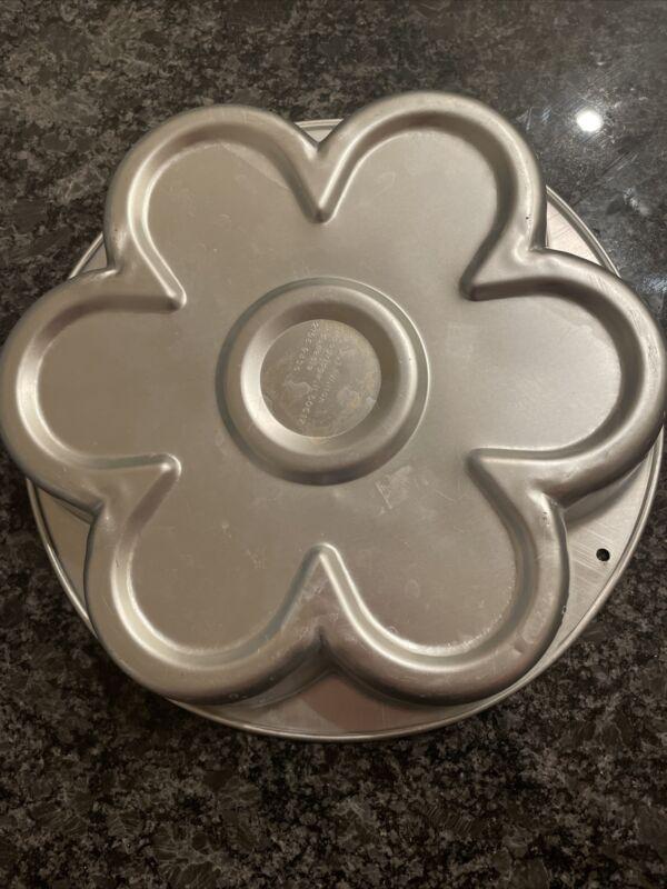 "Wilton: FANCIFIL PETAL CAKE PAN   11""x11"" Flower Daisy"