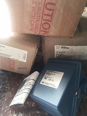 United Electric Controls J403-454 Pressure Switch J403454 New