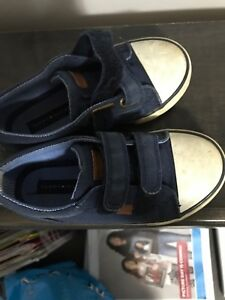 BOYS TOMMY SNEAKERS siZe 10