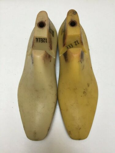 VINTAGE PAIR OF SIZE 12 EEE SHOE LASTS FROM JONES & VINING OF MOLDED PLASTIC