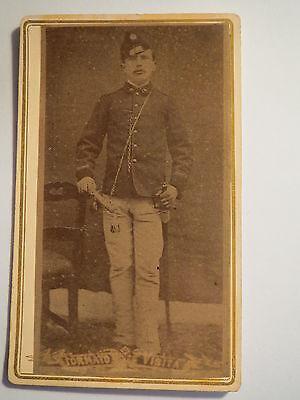 Arona - stehender Soldat in Uniform mit Säbel - Portrait / CDV