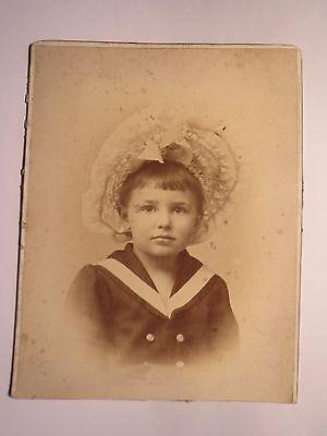 Wien - Kleines Kind - Mädchen ? mit Hut in Matrosen-Anzug / Foto ()