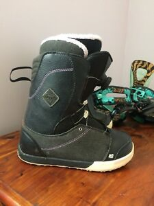 Women's snowboard boots, bindings and bag.