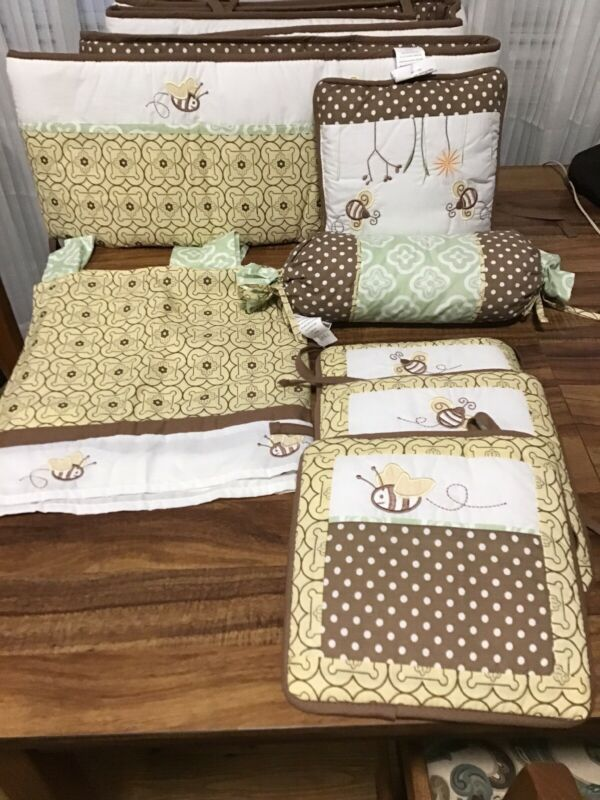 GEENNY NURSERY SET WITH BUMBLEBEE PATTERN. BUMPER PADS, VALANCE, PILLOWS, PICS