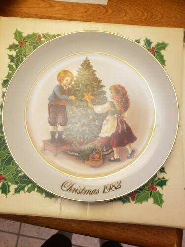 Avon 1982 Second Edition Keeping the Christmas Tradition Plate w/ 22K Gold Trim