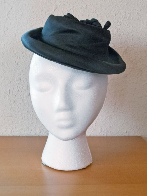 Vintage 1940s Black hat/fascinator with bow and bead details - one size