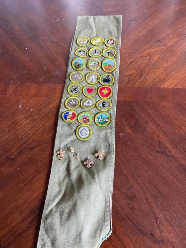 Merit Badge Sash with 22 badges and 5 pins Boy Scouts of America BSA J-370L