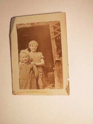 2 Kinder - Mädchen im Kleid in einem Schuppen ? / Foto ()