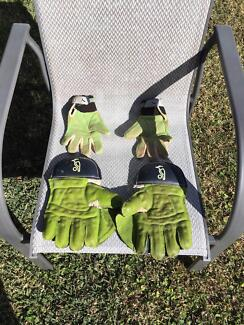 Cricket Gear-Wicket Keeping Gloves and Inners for 12-16 year old