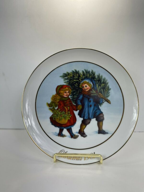 Avon First Edition 1981 Christmas Memories - Collector Plate 22k Gold Trim