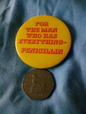 For The Man Who Has Everything Pin Badge. Vintage. Novelty. , usado segunda mano  Embacar hacia Argentina