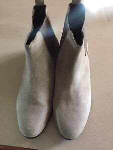 Grey Chelsea boots - Size 11