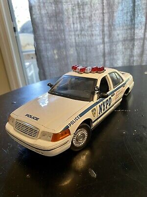 2001 Ford Crown Victoria LX Police Interceptor NYPD 1/18 *Missing Rear Tires*