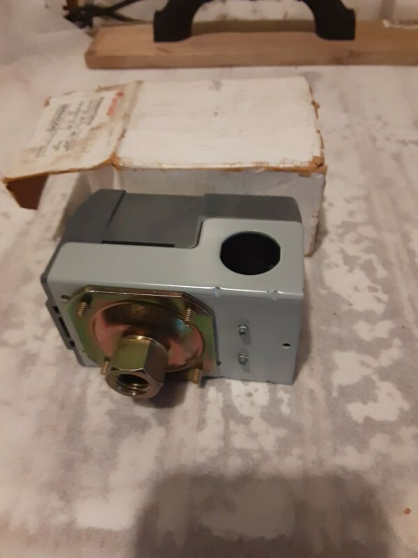 NEW IN BOX/NOS Furnas 69WA4Z2040 Pressure Switch   FREE SHIPPING!  ( 6X741 )