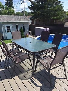 Table patio avec chaises / patio table with chairs