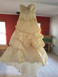 Beautiful D'Amour Couture Wedding Gown size 14