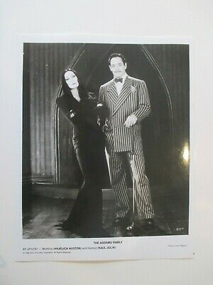 THE ADDAMS FAMILY MOVIE MORTICIA AND GOMEZ ORIGINAL 8X10 BLACK AND WHITE - Morticia Addams And Gomez Addams
