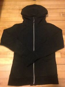 Lulu Lemon sz 4 full zip up hardly worn