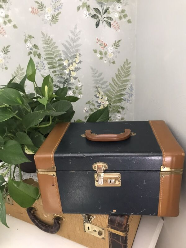 VTG Cosmetic Case Train Case Bakelite Handle Make-up Travel Case Cute Interior!!