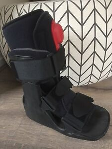 Moon boot size small Officer Cardinia Area Preview