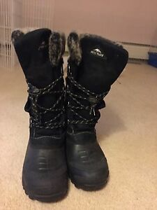 Kids winter boots size 4 or women petite size 6