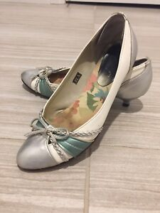 Women's white silver bow 1 inch heel shoes size 5