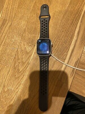 Apple Watch Series 5 - 40 mm Space Grey with Nike Sport Band - GPS
